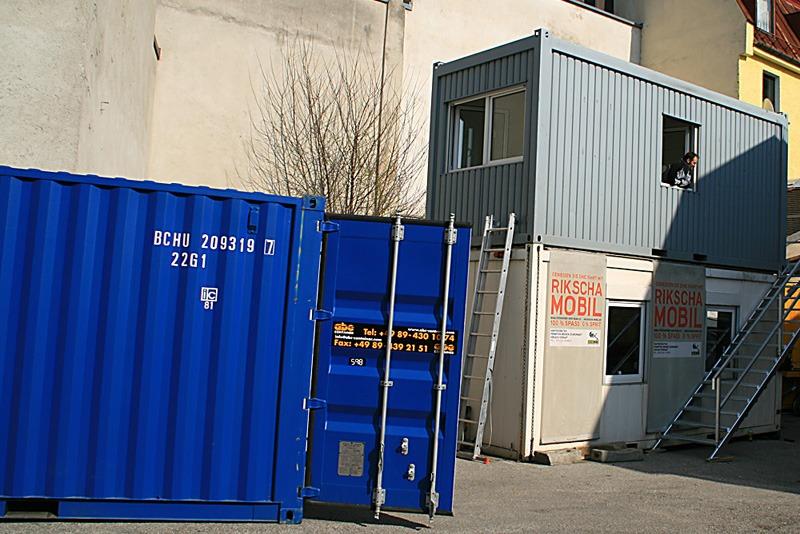 buerocontainer-vor-wand