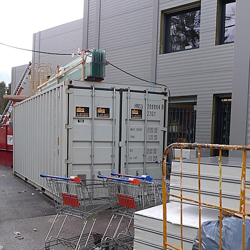 weißer-lagercontainer-auf-baustelle