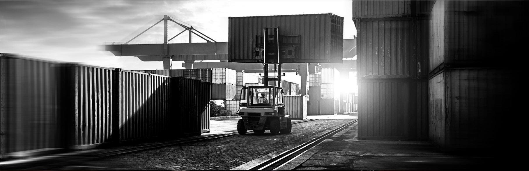 containertransport-mit-gabelstapler